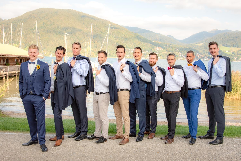 Der Bräutigam mit seinen Freunden am Ufer des Tegernsee - Hochzeitsreportage München
