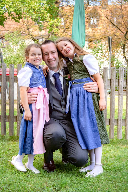 Hochzeitsfoto vom Bräutigam mit Kindern in Tracht nach dem Ja-Wort im Standesamt Unterföhring