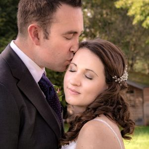 Die Hochzeitsfotografin erwischte diesen intimen Moment des frischen Ehepaars kurz nach der Trauung in Unterföhring
