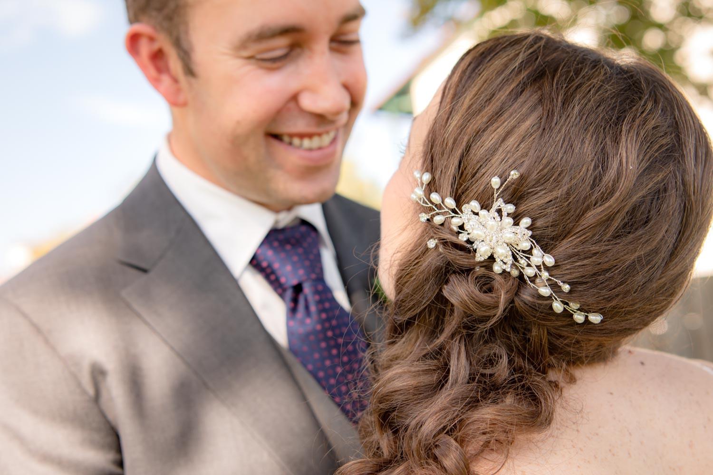 Der Bräutigram strahlt seine Braut an - Nahaufnahme der Hochzeitsfotografin nach der Trauung im Standesamt Unterföhring