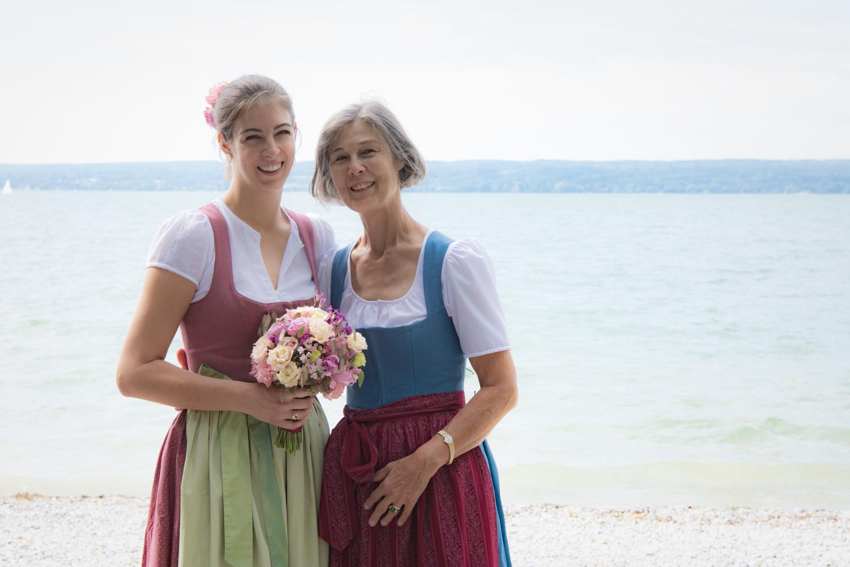 Die Braut mit ihrer Mutter - beide in Tracht - auf diesem Hochzeitsfoto der Hochzeitsfotografin in Herrsching am Ammersee