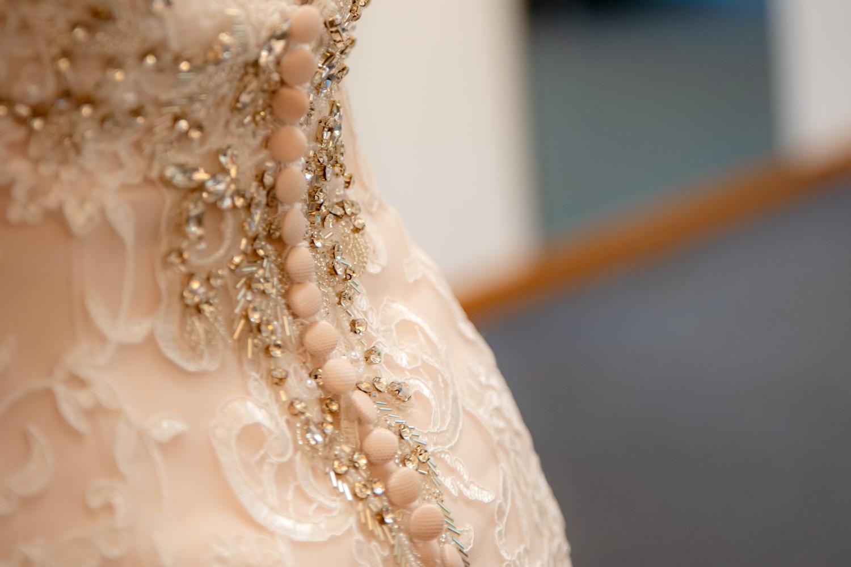 Das Korsett am Brautkleid ist ein eindrucksvolles Detail, das die Hochzeitsfotografin einfangen konnte - Hochzeitsreportage München