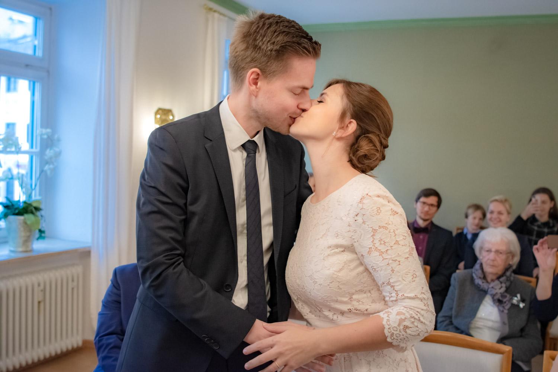 Der erste Kuss nach dem Ja-Wort im Standesamt an der Mandlstraße - Hochzeitsreportage München