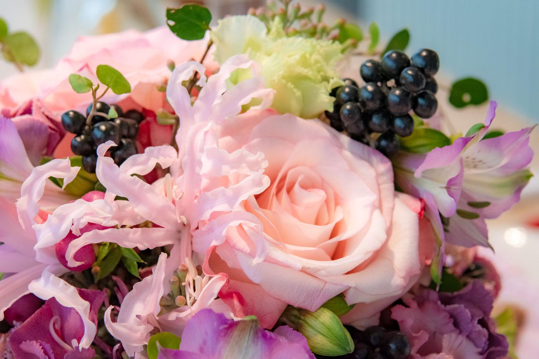 Eine Nahaufnahme vom Brautstrauß gehört für den Hochzeitsfotografen einfach dazu - Hochzeitsfotos