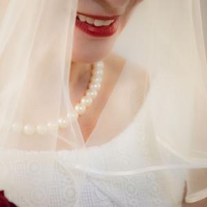Detailaufnahme der Braut nach der Trauung im Vintage-Look im Standesamt Unterföhring