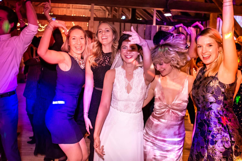 Gemeinsam mit ihren Freundinnen tanzt die Braut bis spät in die Nacht in der Eventscheune Wallenburg