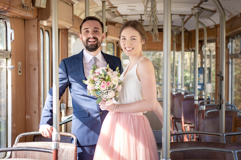 Glücklich strahlt das Brautpaar für die Hochzeitsfotografin