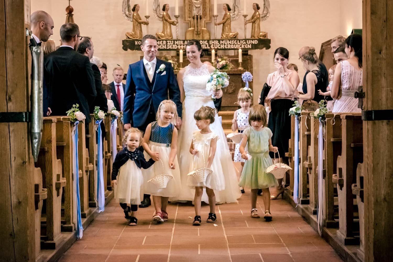 Begleitet von Blumenmädchen verlässt das Brautpaar die Stephanuskirche in Nymphenburg nach der Trauung