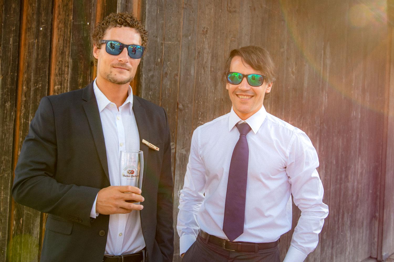 Zwei coole Gäste in der Abendsonne auf der Hochzeitsfeier am Irschenberg