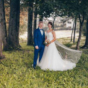 Braut und Bräutigam posieren im Park in Bad Wiessee für ihr offizielles Hochzeitsfoto