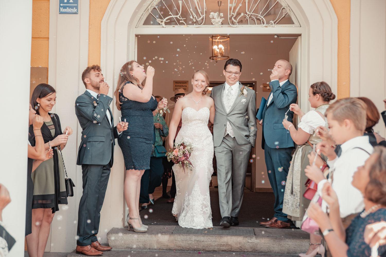 Unter Jubel und Seifenblasen der Gäste verlässt das Brautpaar das Standesamt in der Mandlstraße in Schwabing