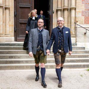 Nach der schwulen Hochzeit verlassen die Ehemänner die Kirche auf dem Weg zur Hochzeit im Lola-Montez-Haus