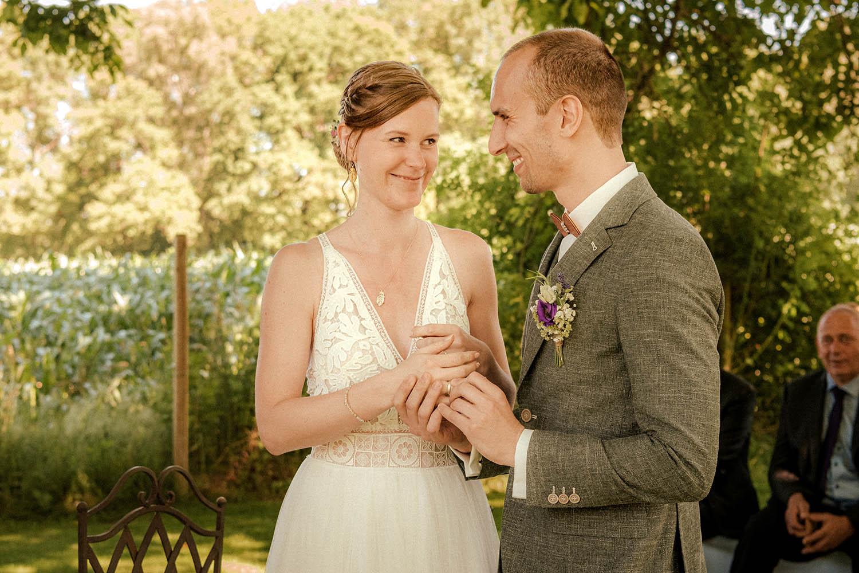 Die Braut strahlt ihren Bräutigam an, die freie Trauung ist in vollem Gang