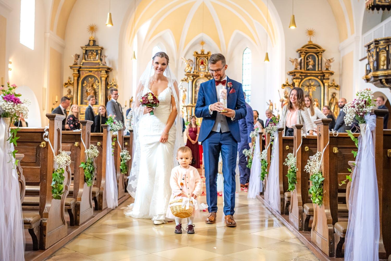 Das Brautpaar beim Auszug aus der Kirche nach der Hochzeit in Feldkirchen bei München
